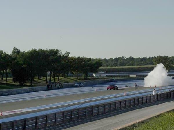 「フェラーリ430スクーデリア」の後方からスタートした自転車は
