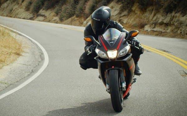リアビューモニター付きのバイク用ヘルメット「SKULLY AR-1」
