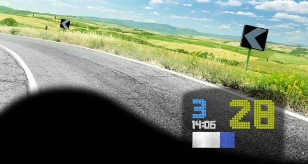 「BIKEHUD ADVENTURE」装着時の視界イメージ  (ヘルメット右サイドに装着した例)