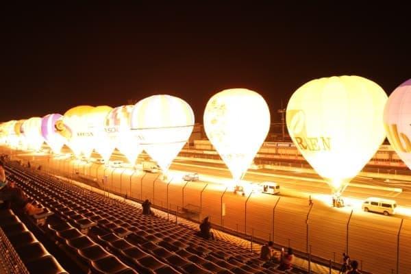 暗闇にライトアップされた気球が浮かび上がるバルーンイリュージョン  (画像提供:ツインリンクもてぎ)