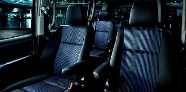 内装色「ダークブルー&ブラック」のシート、オプション装備車