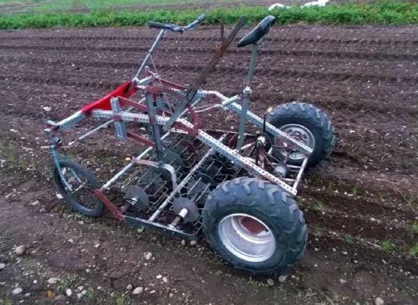 自転車を改造して製作した足こぎ式の耕運機「culticycle」