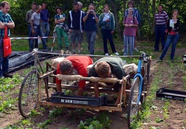 エルゴノミクスデザインの草取り用自転車「Farmbicycle」  周囲の人が笑っているように見えるのは気のせいか?
