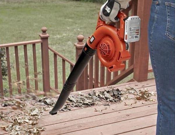 参考画像:落ち葉掃除機「リーフブロワー」  空気の力で落ち葉を吹き飛ばす