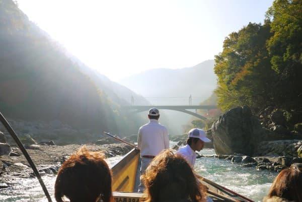 紅葉シーズン最盛期の嵐山で保津川下り