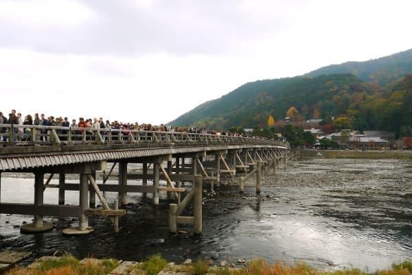 渡月橋の北側から撮影。恐ろしい人ごみ…