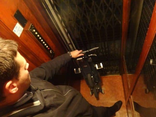 自転車さえ持ち込めない狭いエレベーターにも持ちこみ可能だ