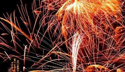 冬の夜空に花火が打ち上げられる「箱根神社節分祭奉祝花火大会」