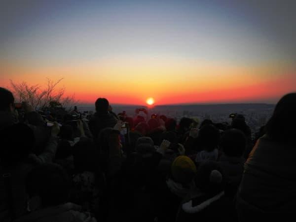 天覧山の初日の出、2014年のようす(出典:東武鉄道)