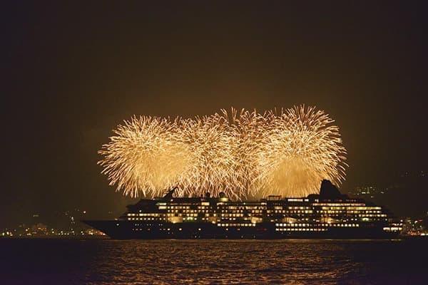 船上から花火を見るツアーも