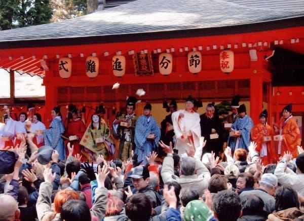 箱根神社境内での豆まき
