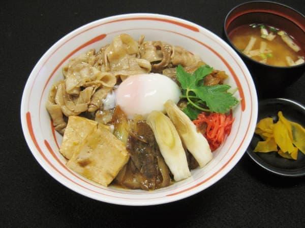 能登ブランドの豚のバラ肉を旬の野菜と甘辛く煮つけた「能登豚 豚寿喜丼」