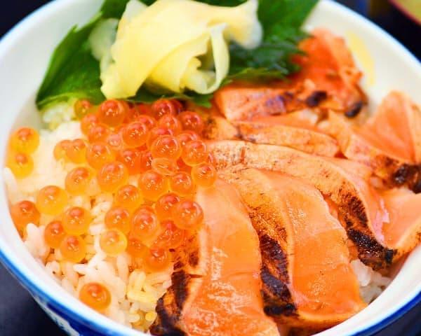 宮城県 鶴巣PA(上り・東京方面)の「サーモンといくら丼」800円