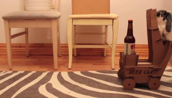 ウォレスは、ビールののった重いカートを押して