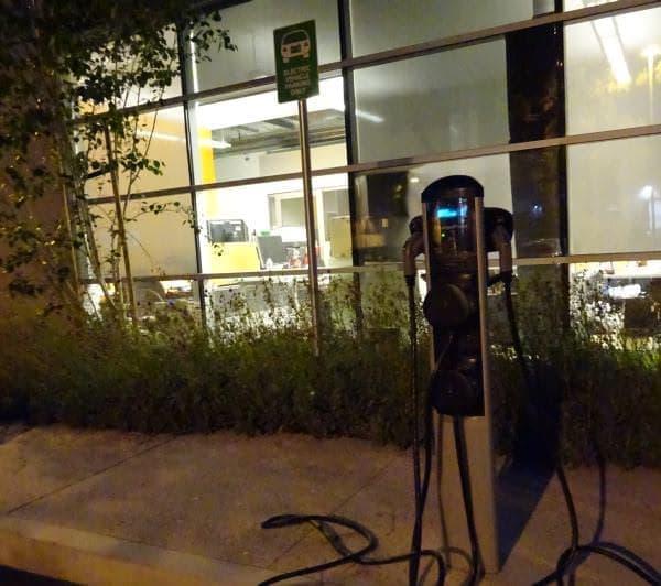 企業の駐車場に設置された充電ステーションの例  (画像は米国 Google 社の駐車場)