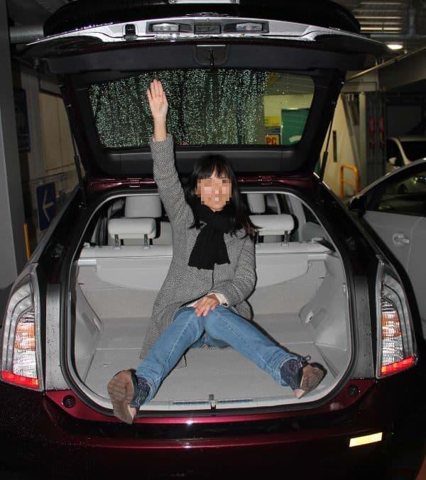 「プリウス PHV」のトランクには、えん乗り女性編集部員がすっぽり入ります