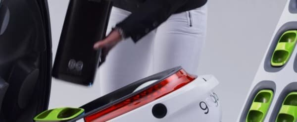 利用者は「GoStations」でバイクのバッテリーを取り外し