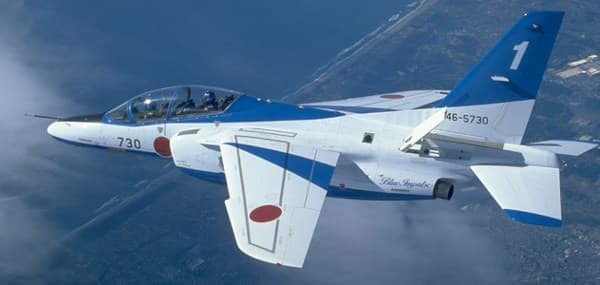 こちらが本物のブルーインパルス「T-4」、似てる?(出典:航空自衛隊 Web サイト)