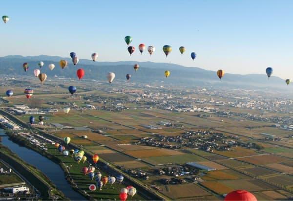 カラフルな熱気球が空に広がる大会風景