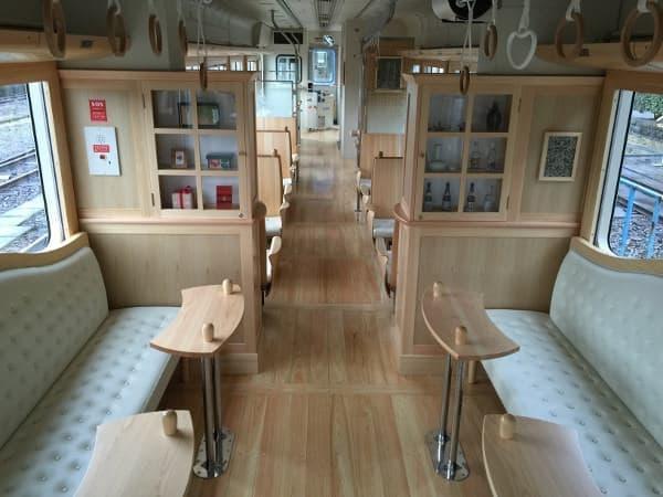 くま川鉄道がひなまつりに合わせて運行する「カフェトレイン」