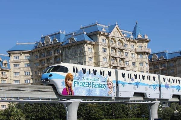 アナと雪の女王のラッピングを施したモノレールが期間限定で登場する (c)Disney