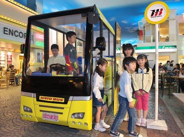 バスガイドの仕事やお客を体験できる「観光バス」パビリオン