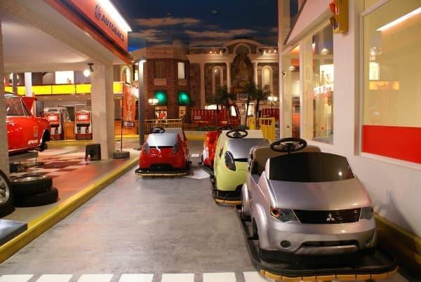 「運転免許証」を取得して乗車できる「レンタカー」パビリオン
