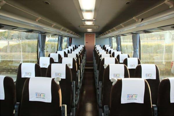 バス内では寛げるように、おしぼりやスリッパをサービス