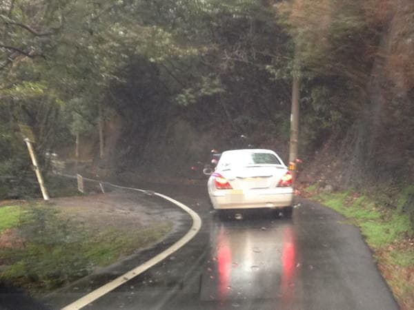 雨の中、沈下橋へと向かう道で前方をゆく実習車、やつはどこへ