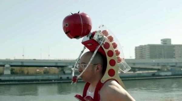 装着者は、ハンズフリーでトマトを食べられます