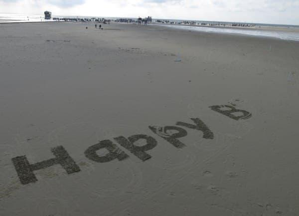 砂浜にサプライズメッセージを描くことも