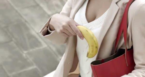 トマトは、バナナに比べ持ち運びしにくく、片手で食べにくい