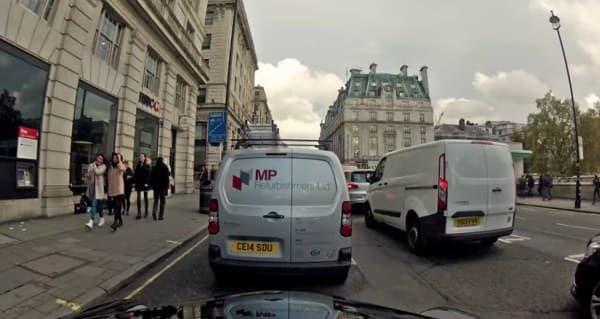 渋滞の激しい道路をタクシー移動するよりも、  20分程度早く着ける