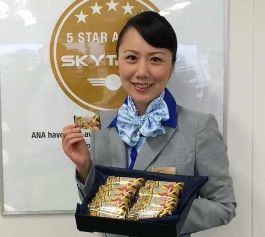 ANA の機内でビターなチョコレートをもらえる