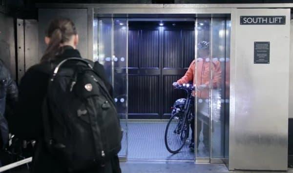 ロンドンの「グリーンパーク」を自転車で出発し