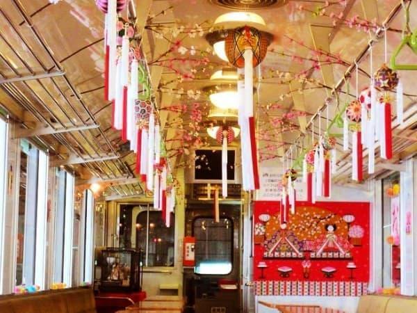 ひな祭り仕様の列車内