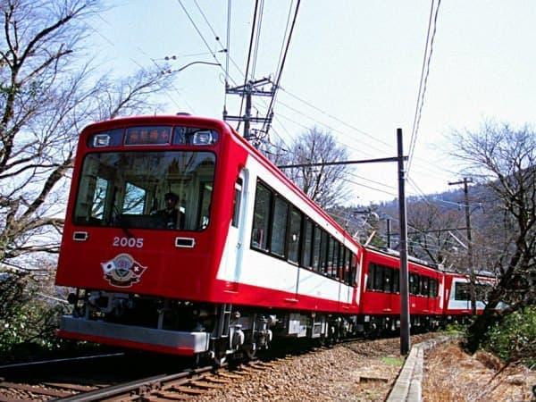 氷河特急の塗装をした箱根登山鉄道の2000形車両(出典:箱根登山鉄道)