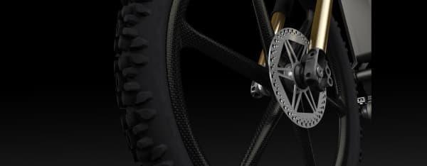 ホイールはカーボンファイバー製  タイヤはシュワルベのオフロード用