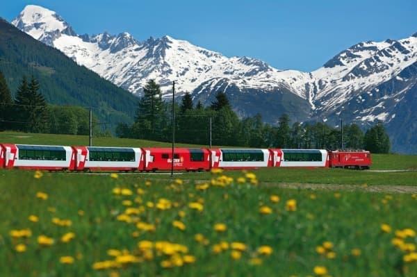 スイスの氷河特急(出典:箱根登山鉄道/レーティッシュ鉄道)