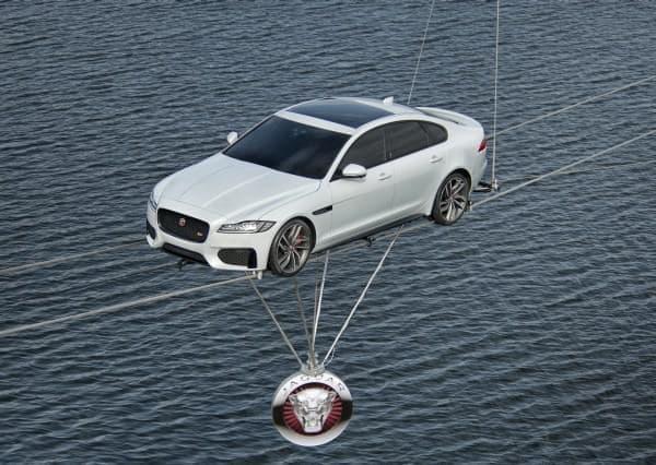新型「ジャガー XF」が水上綱渡りスタントに成功