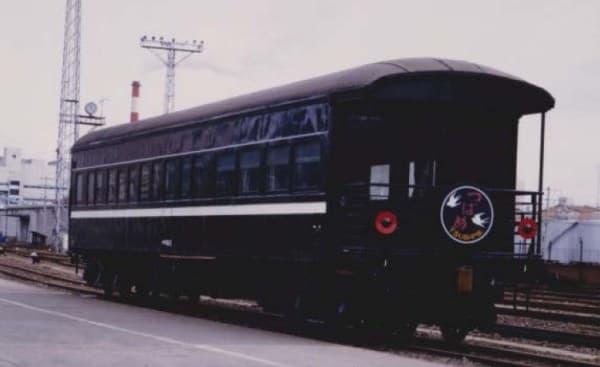 新型客車(1号車)のモデルとなる「マイテ49」  展望デッキや丸屋根構造が特徴