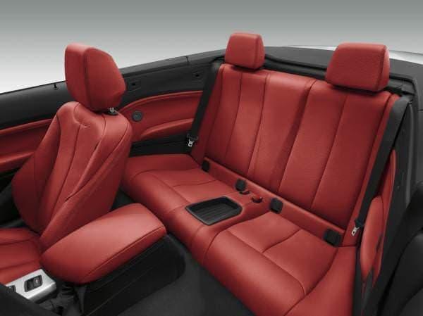 フロントシートはボタン1つで自動的に前方へスライド