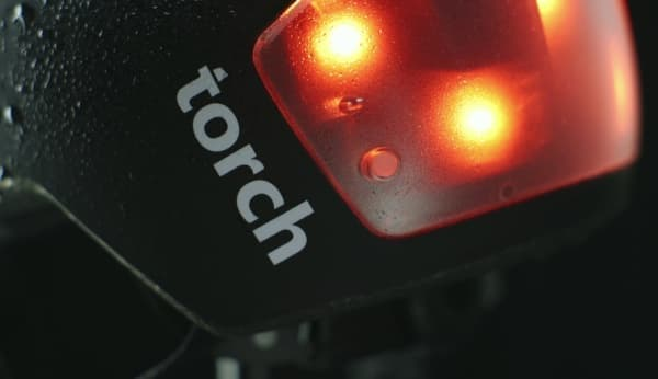 LED ライトは、強化ポリカーボネートレンズで保護される