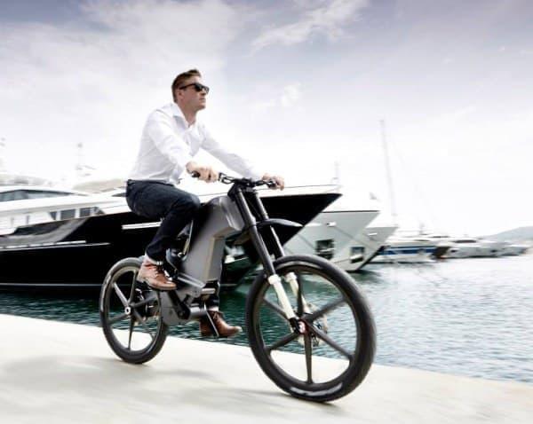 通常の自転車同様、ペダルを漕いで走行できる