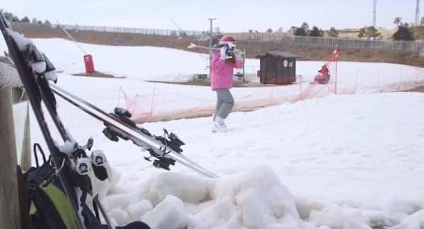 スキー板は、歩いて移動する際には邪魔