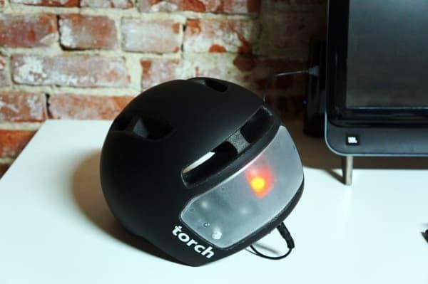 バッテリーの充電は USB ケーブル経由  オフィスで仕事中に充電できる