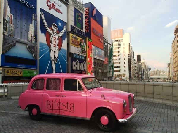 外観はよく見るとレトロなデザイン。大阪の街に登場します