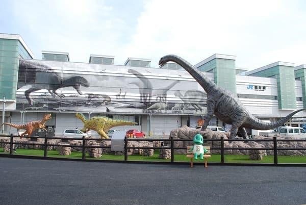 左からフクイラプトル、フクイサウルス、フクイティタン。  手前のベンチに座っているのはイメージキャラクターのラプト君