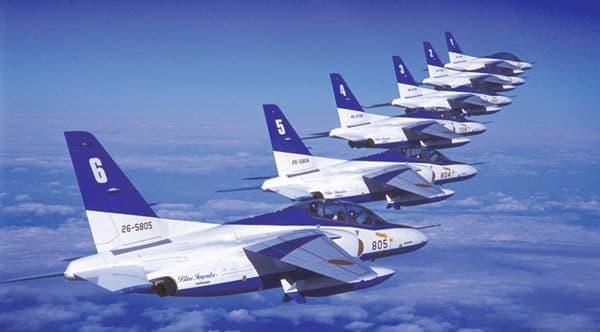 ブルーインパルス、現行3代目の航空機「T-4」による編隊(出典:航空自衛隊)