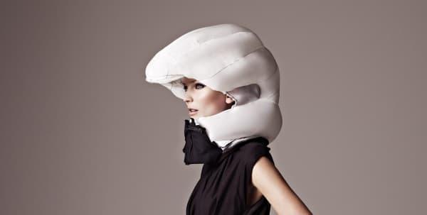 一般的なヘルメットよりも保護範囲が広いのが特徴